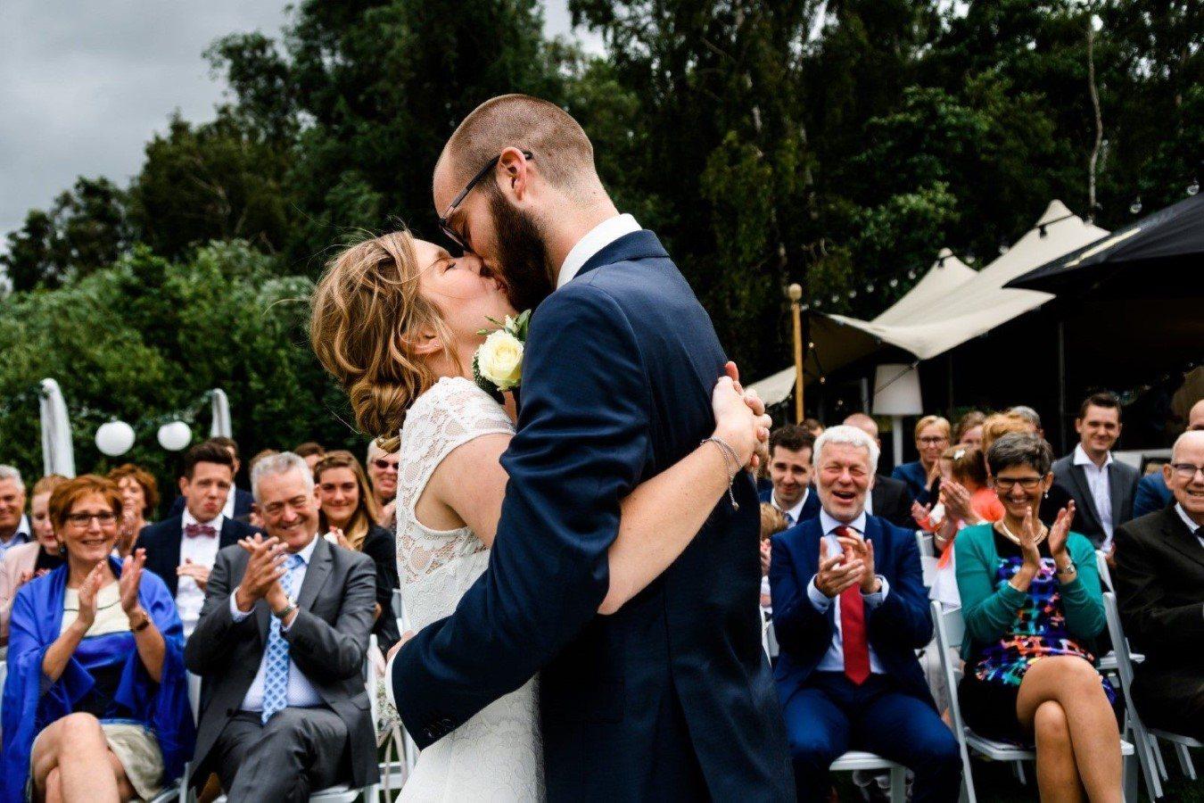 Slider Bruidspaar Kus Ceremonie Bruiloft Paviljoen Twiske Amsterdam BestdayEver Fotografie 1